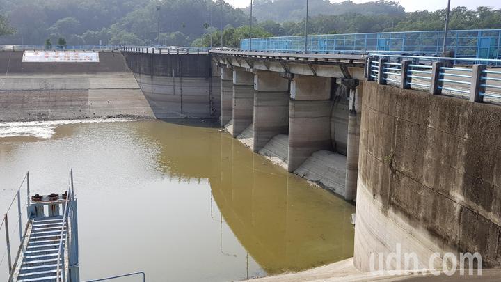 明德水庫水位創24年來同期新低,水位離洩洪匣門有段距離。記者黃瑞典/攝影