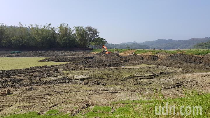 苗栗農田水利會利用枯水期進行明德水庫清淤工程,擴增水庫蓄水容量。記者黃瑞典/攝影