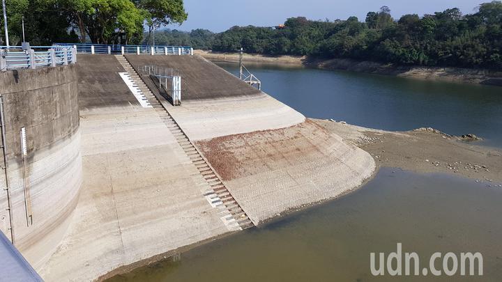 苗栗縣明德水庫水位53.15公尺,創下24年來同期新低紀綠。記者黃瑞典/攝影