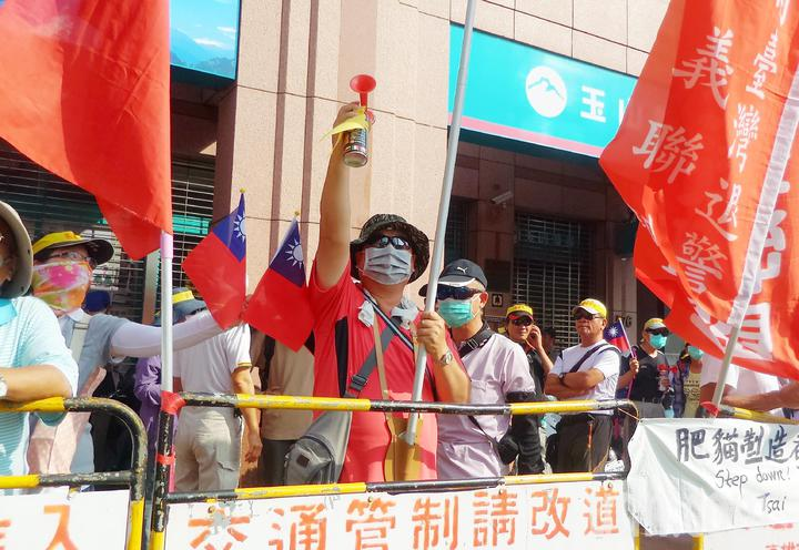 抗議民眾間續鳴瓦斯汽笛1小時,抗議政府年改等政策。記者林保光/攝影
