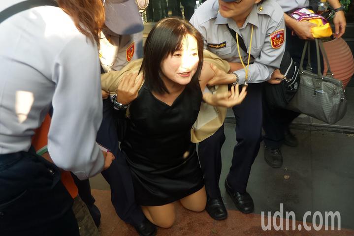 劉采涵下跪嘶喊,「為什麼迪喬治症的孩子得不到健保補助?」。記者林保光/攝影
