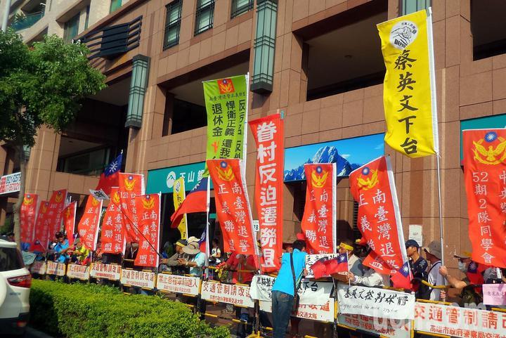 反蔡團體今天聚集高雄巨蛋前的意見表達區,高呼「蔡英文下台」。記者林保光/攝影