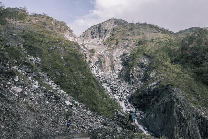 翻越溪流稜線後山巔出現礦場,是溯溪團隊所看見的現實。圖/激流勇士提供