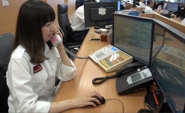 高市消防局119救災救護指揮中心護理師陳郁如透過線上指導教導家屬們在救護人員未抵達前,協助接生。記者劉星君/攝影