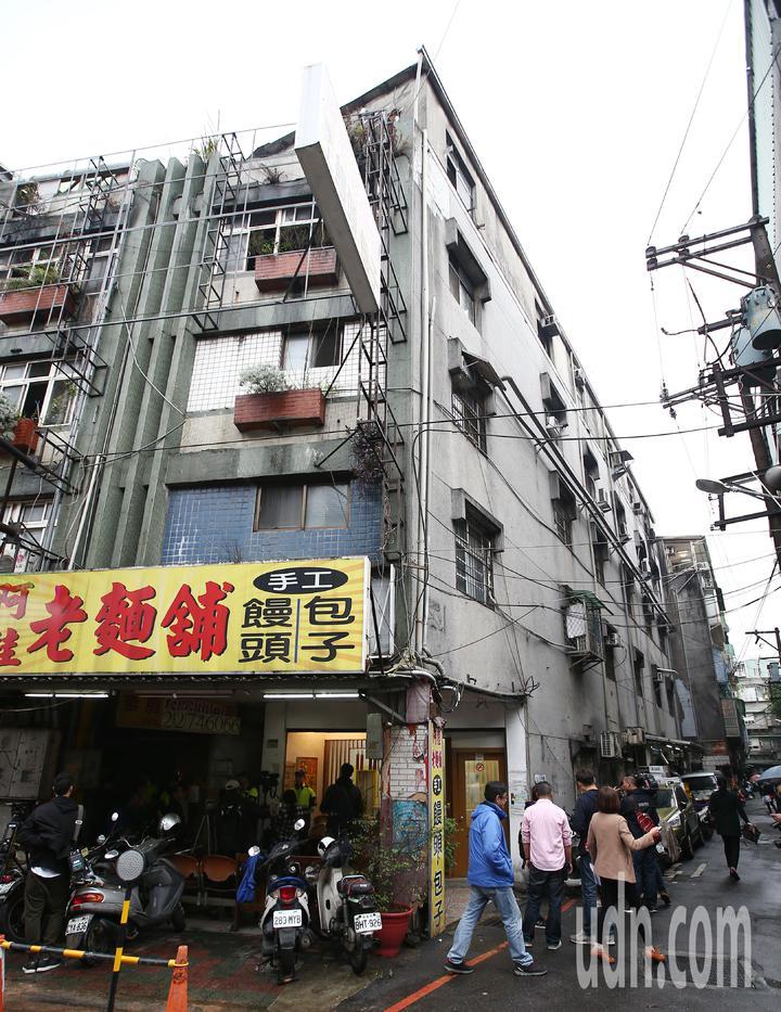 新北市中和區興南路二段9死2傷民宅,屋頂加蓋。記者杜建重/攝影