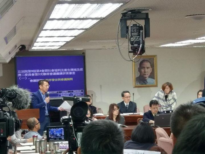 時代力量立委徐永明要求更換會議室,主席林靜儀否決要求他回座,兩人一度互嗆。記者劉宛琳/攝影
