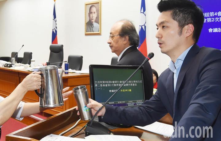 國民黨立委蔣萬安(右)發言進入第二個小時,議場服務人員幫忙倒茶水,持續發言中。記者陳正興/攝影