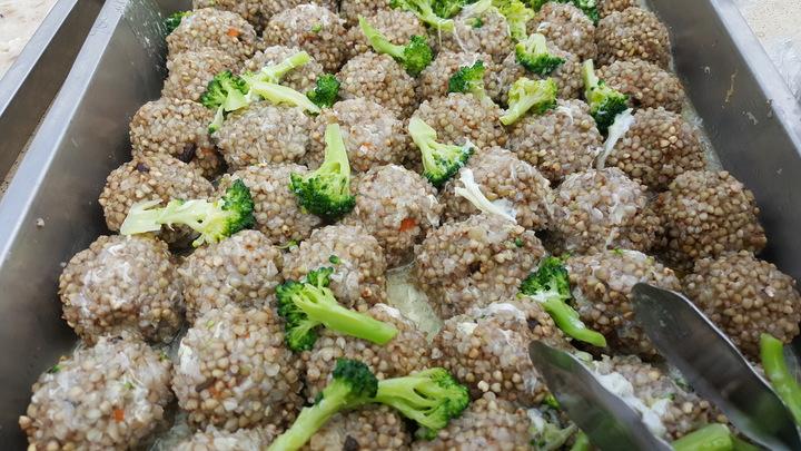 蕎麥栽培示範觀摩會準備了蕎麥珍珠丸等美食,讓人垂涎。記者胡蓬生/攝影