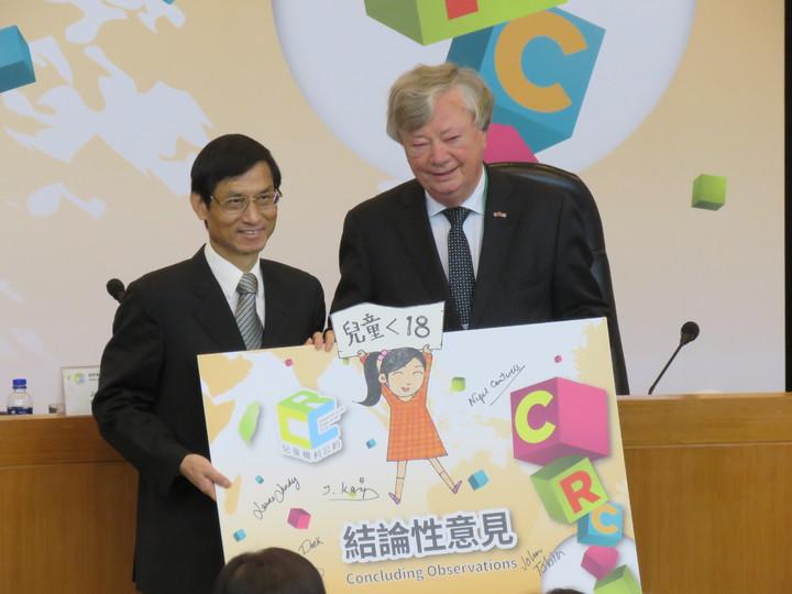 兒童權利公約國際審查委員會主席多克(右)將審查結論交給政務委員林萬億。記者雷光涵╱攝影