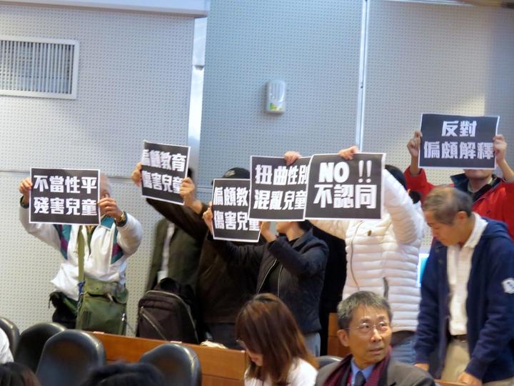 兒童權利公約國際審查委員會今天發表結論意見記者會,有團體現場舉牌,還有自稱家長與不同意見的人發展口角。記者雷光涵/攝影