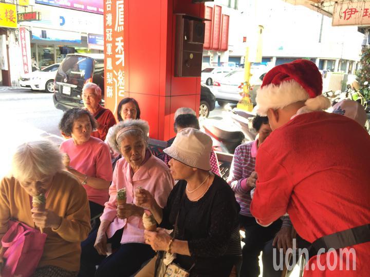 老闆劉瑞祺為長者們親自一一送上新口味的霜淇淋,讓老人家們嚐鮮。記者徐庭揚/攝影