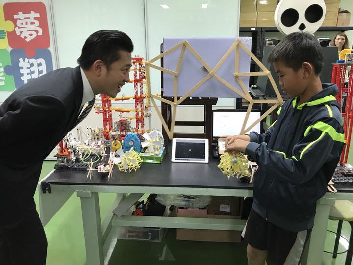 市長林智堅(左)與學生共同操作小小創客自製機器人。圖/新竹市府提供