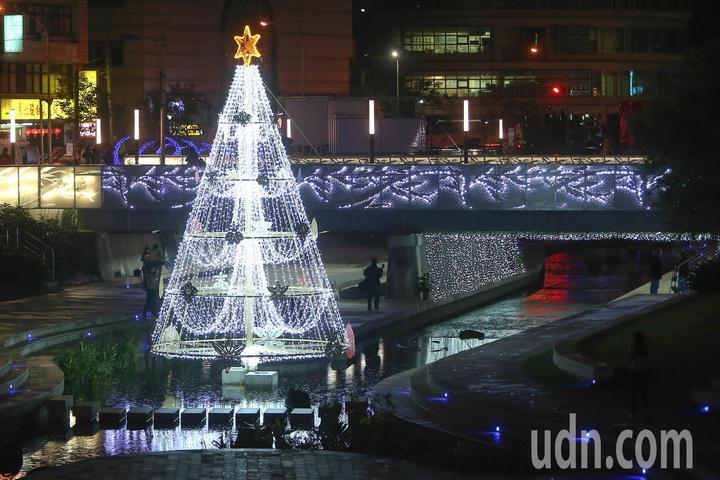台中耶誕嘉年華今年在柳川設置高達9公尺的水中耶誕樹,將於12月9日晚上點燈。記者黃仲裕/攝影