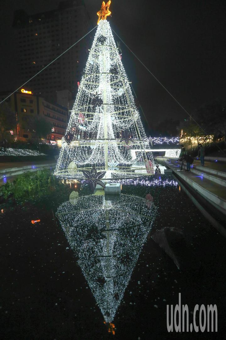 台中耶誕嘉年華往年都在台中市府廣場舉辦,今年首度移師柳川水岸。記者黃仲裕/攝影