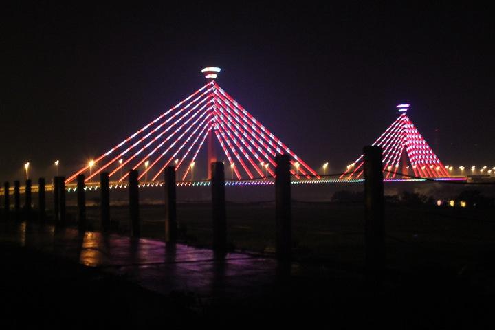苗栗市新東大橋亮化不僅是夜間一大亮點,也是苗栗地標及拍照取景的熱點。圖/報系資料照
