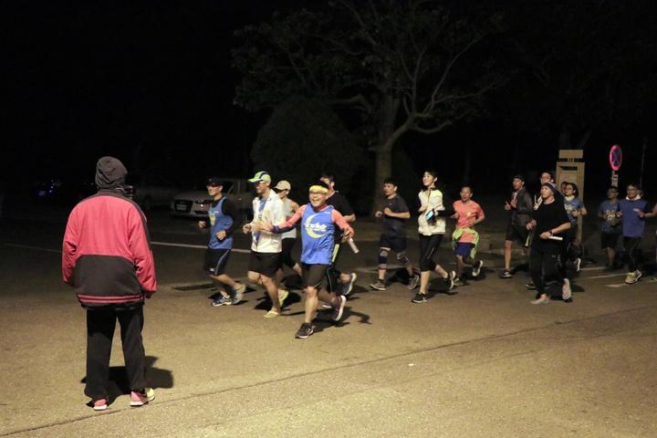 路跑社團「安平夜跑團」也選在台南億載金城、林默娘公園一帶的安億路慢跑,全程除了有領跑員、副領跑員帶領不同速度的跑友慢跑,還有交管志工拿著LED交管棒疏導交通、維護跑友安全。記者曹馥年/攝影
