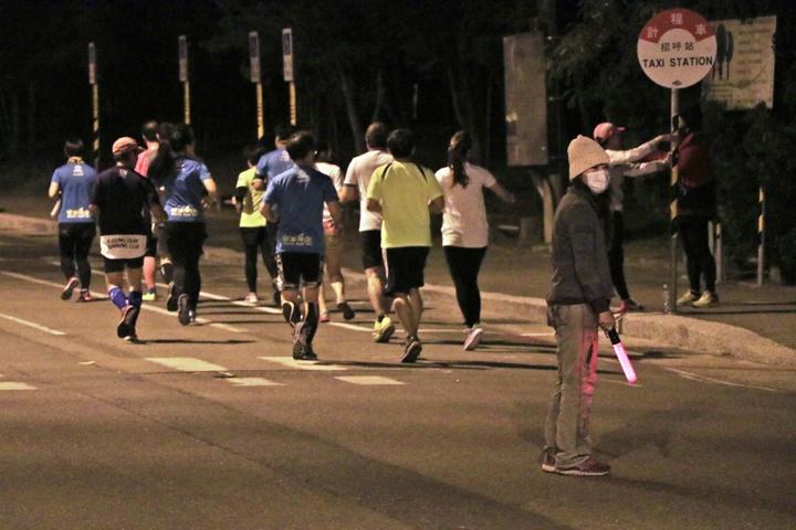 路跑社團「安平夜跑團」也選在台南億載金城、林默娘公園一帶的安億路慢跑,全程除了有領跑員、副領跑員帶領跑友以不同配速慢跑,還有交管志工拿著LED交管棒疏導交通、維護跑友安全。記者曹馥年/攝影