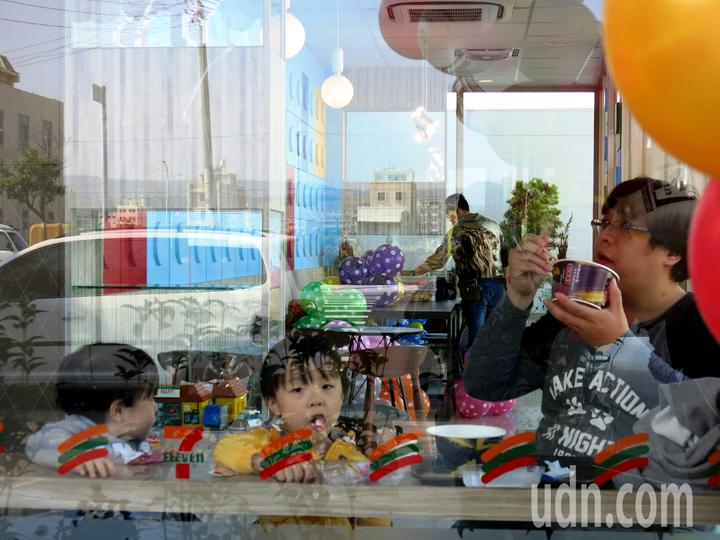 充滿童趣的清水積木小七,是爸爸用餐兼遛小孩的好去處。記者黑中亮/攝影