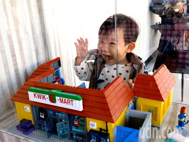 一看到玩具屋積木,小男孩不禁張大嘴貼近玻璃櫃前指指點點。記者黑中亮/攝影