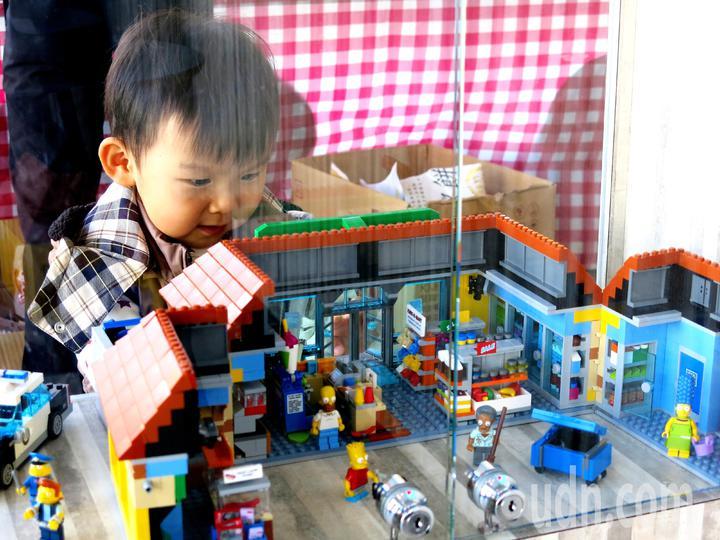 積木玩具屋緊緊抓住孩童的目光,讓父母發出會心的微笑。記者黑中亮/攝影