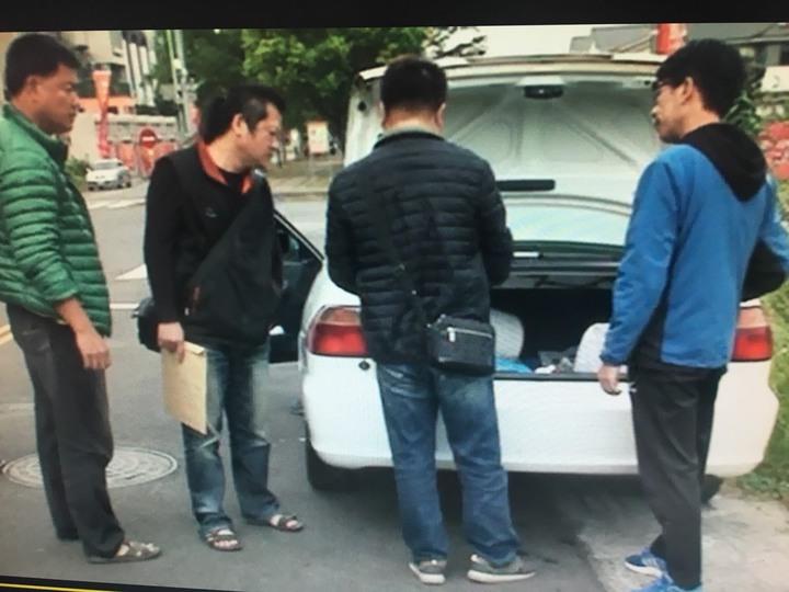 警方在焦姓男子車上清查可疑證物。記者謝恩得/翻攝