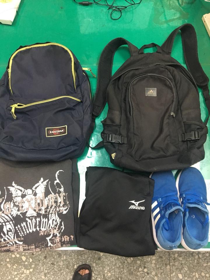 警方查出許多背包,懷疑都是焦男偷竊。記者謝恩得/翻攝