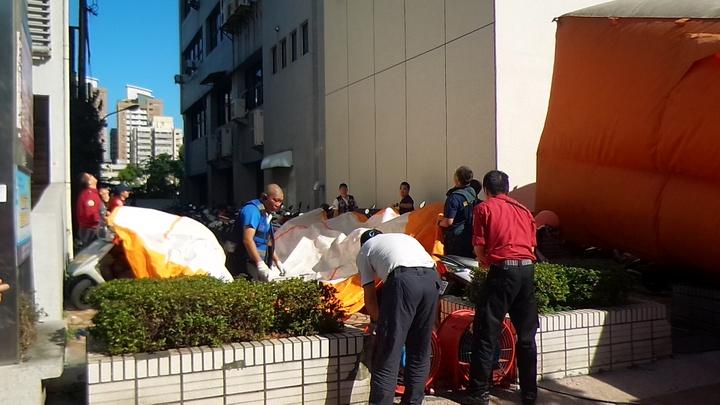 消防隊在樓下鋪氣墊,防範男子跳樓。記者林保光/攝影