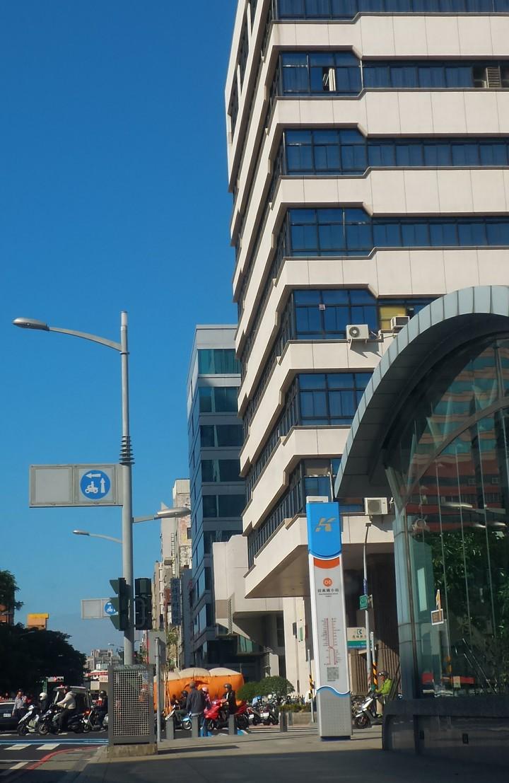 一男子今天上午登上高雄市新興區公所頂樓作勢跳樓,消防隊在樓下鋪氣墊。記者林保光/攝影