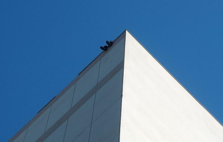 1男子登上高雄市新興區公所頂樓,坐在女兒牆上作勢跳樓。記者林保光/攝影