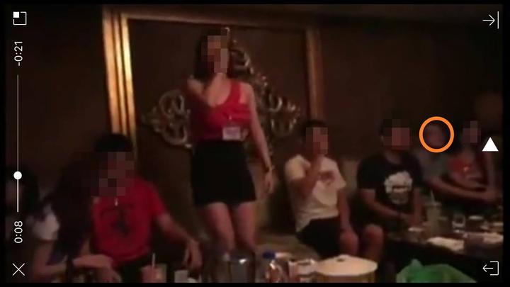 新北市三峽警分局傳出偵查隊長今年7月與隊員到桃園酒店喝花酒,臉書靠北放出照片與影片,新北市警局火速調職處分,但眼尖網友發現,影像中有個身影,神似三峽偵查隊的蔡姓分隊長。翻攝自臉書靠北警察