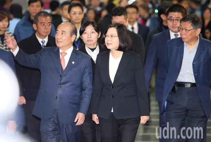 台灣醫療科技展上午起在南港展覽館舉行,蔡英文總統(前排右二)在立委王金平(前排左一)、台北市長柯文哲(前排右一)陪同下,進入會場。記者陳正興/攝影