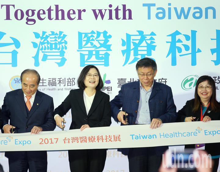 台灣醫療科技展上午起在南港展覽館舉行,蔡英文總統(左二)與立委王金平(左一)、台北市長柯文哲(右二)一同主持剪綵啟動儀式。記者陳正興/攝影