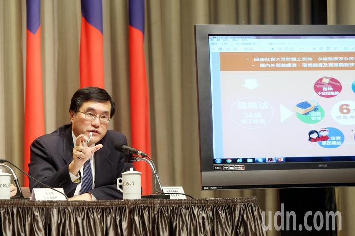行政院上午舉行院會後記者會,礦務局長徐景文說明礦業法條正案的內容。記者邱德祥/攝影