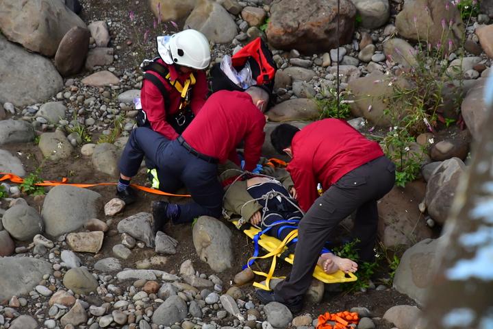 85歲張姓老翁今天在苗栗縣大湖鄉湖東橋墜下,消防隊員緊急搶救。圖/苗栗縣政府消防局提供