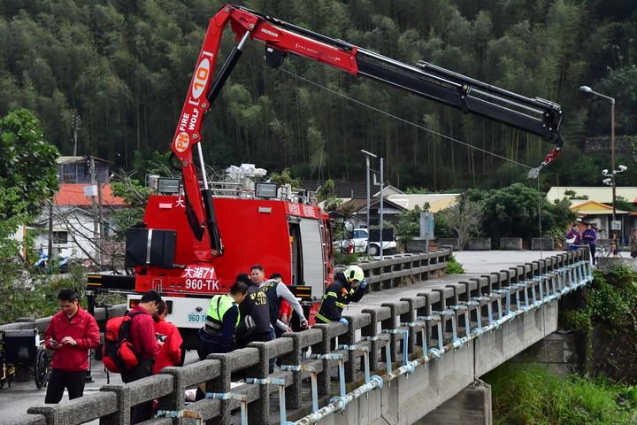 苗栗縣政府消防今天緊急出動人車掛吊墜橋的85歲張姓老翁急救,但仍回天乏術。圖/苗栗縣政府消防局提供