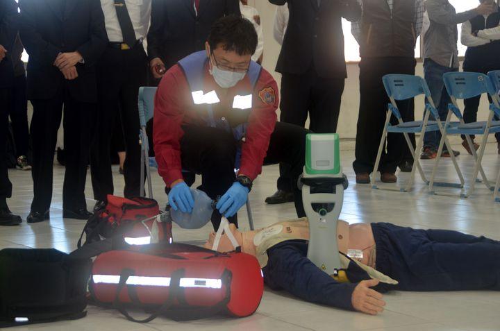 救護員使用自動心肺復甦機,可多出3-5分鐘救援時間。記者邵心杰/攝影