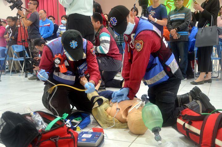 台南市消防局高級救護技術員實際演練人工心肺復甦術。記者邵心杰/攝影