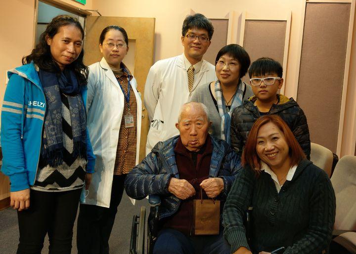98歲戴姓失智老人(中)接受台中榮總居家醫療後,現在是社區開心果,家人逢人就推薦居家醫療。記者趙容萱/攝影
