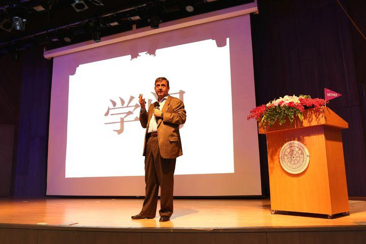 哈佛講座教授馬佐(Eric Mazur)到清華大學,對校內近4百位師生演講,他說,中文說得好,「學問」就要從問中學,老師教、學生聽的傳統單向教學方式也必須改變。圖/清大提供