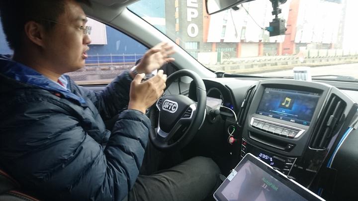 國人研發的自駕車今天到一般道路駕駛,安穩舒適。記者簡慧珍/攝影