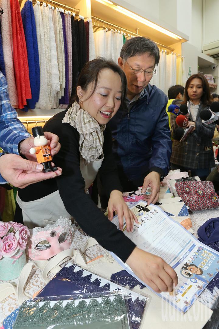 台北市長柯文哲下午到朝陽商圈宣傳「台北COOL耶誕」活動,親自消費集章兌換胡桃熊。記者林伯東/攝影