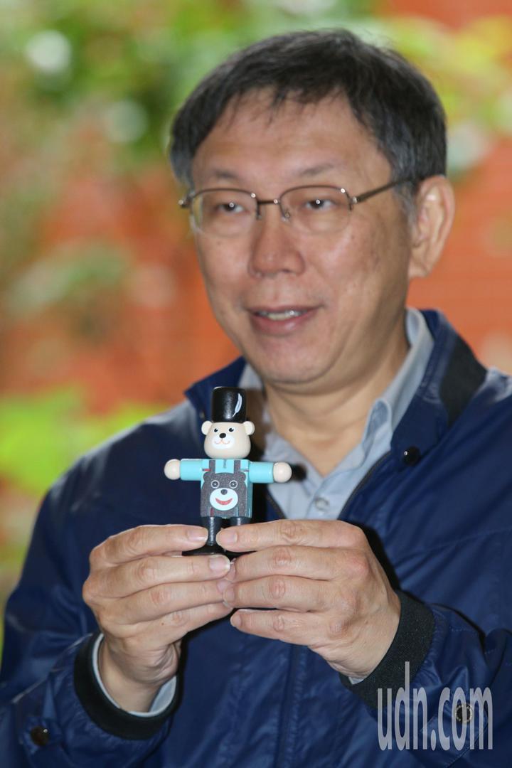 台北市長柯文哲下午宣傳「台北COOL耶誕」活動,整合本市百貨體系與特色商圈,邀請民眾一起深入各商圈尋寶集章兌換胡桃熊,並揭開市府隱藏版的胡桃熊神秘面紗。記者林伯東/攝影