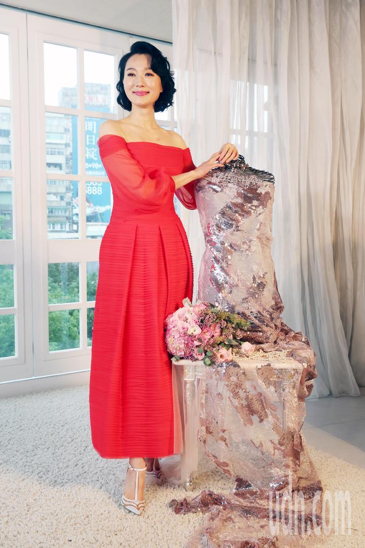 女星坣娜(圖)要結婚了,她昨天為婚宴晚禮服定裝,坣娜展示二套禮服,並和林莉為她設計的晚禮服半成品合影。記者邱德祥/攝影