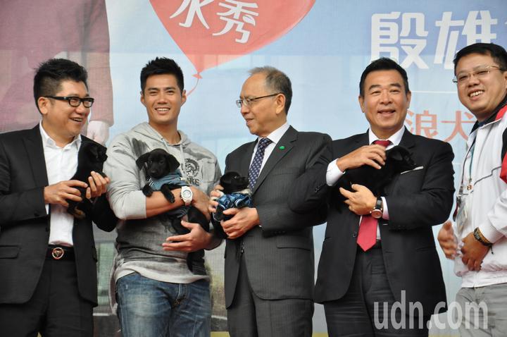 陳偉殷(左2)今天也抱著才40天大的毛孩,呼籲民眾多多認養。記者張裕珍/攝影