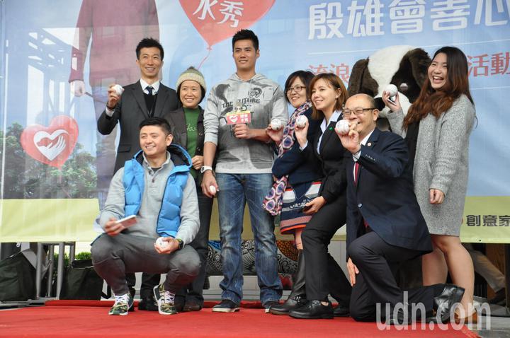 台灣旅美職棒好手陳偉殷喜愛毛小孩,陸續養了兩隻流浪狗「妹妹」、「KARA」,今天特地前往桃園舉行公益活動,拍賣簽名球,呼籲民眾以認養代替購買。記者張裕珍/攝影