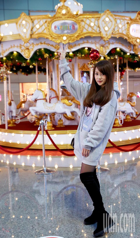 桃園機場昇恆昌免稅店7日推出大型旋轉木馬,提前迎接耶誕節,讓搭機旅客體驗「讓愛轉動」,也成為桃園機場最夯的IG打卡熱點。 記者陳嘉寧/攝影