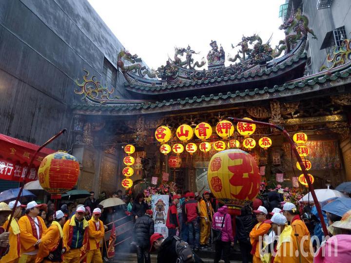 萬華青山宮一年一度的「青山王祭」今天下午登場,信眾冒雨參加。記者吳思萍/攝影