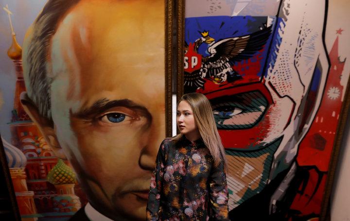 超級普亭特展,普亭在畫作中化身「俄羅斯隊長」。路透