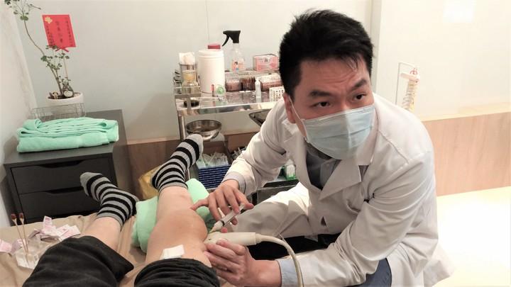 復健科醫師陳彥鈞利用超音波導引注射,一面看著超音波畫面,一面把針精準的打在病人患部。記者黃寅/攝影
