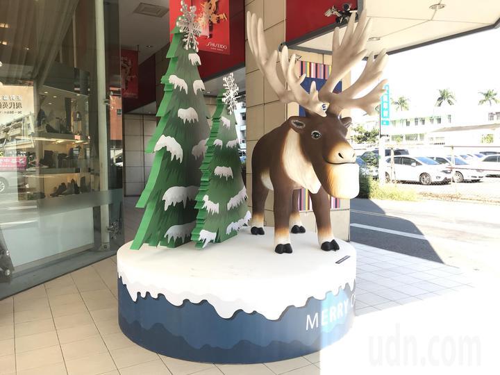 這款萌度高的大型麋鹿公仔引起熱烈討論,許多人誇可愛,也有人說「長得也太有特色」。圖/新光三越嘉義店提供